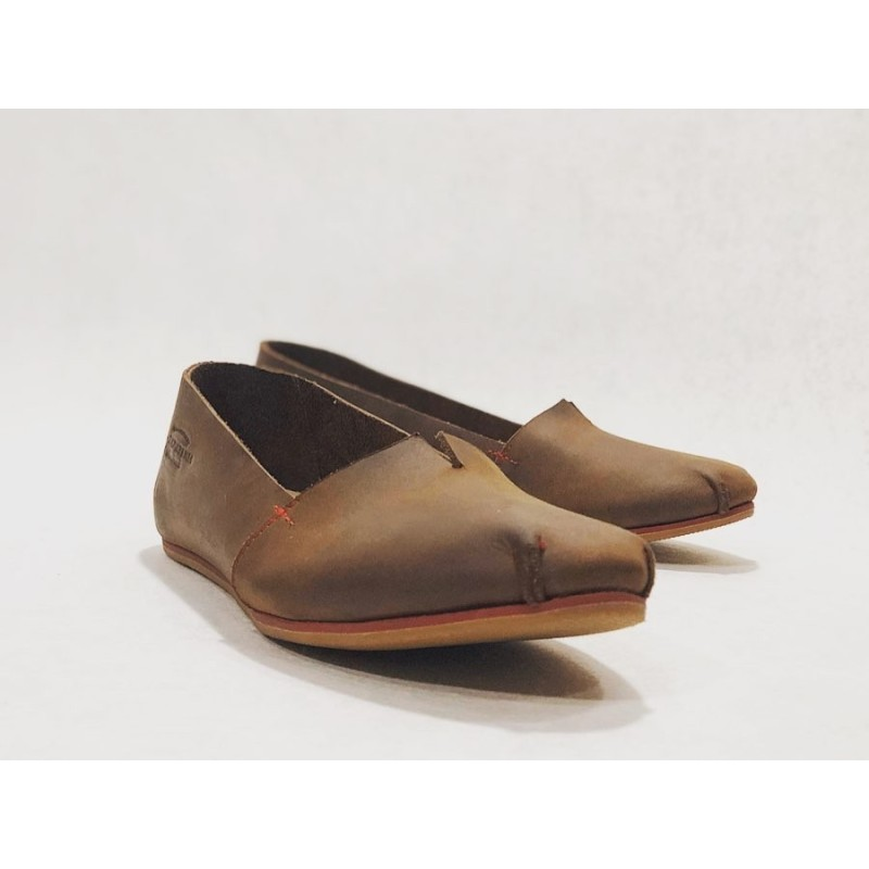 Pampa Fem zapatos hechos a mano de cuero marrón graso detalles rojo