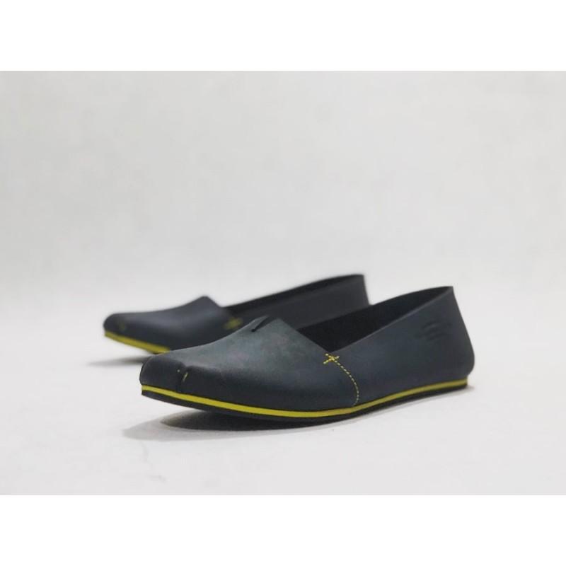 Pampa Fem zapatos hechos a mano de cuero negro graso mate detalles amarillo