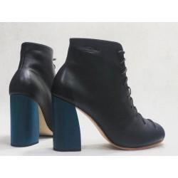 Friné zapatos hechos a mano de cuero napa negro taco madera azul 9 cm