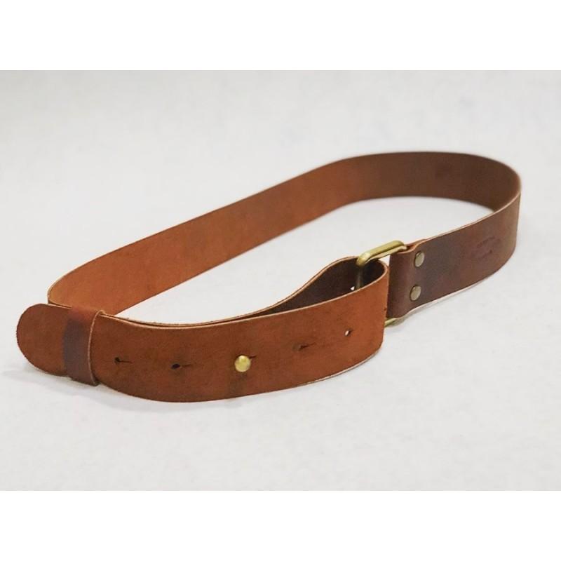 One cinturón de cuero hecho a mano rojo graso