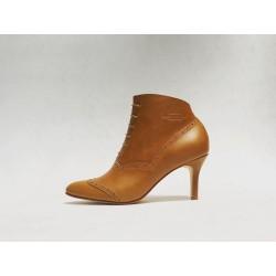 Madam Walker zapatos hechos a mano de cuero ranger caramelo detalles beige taco 7 cm