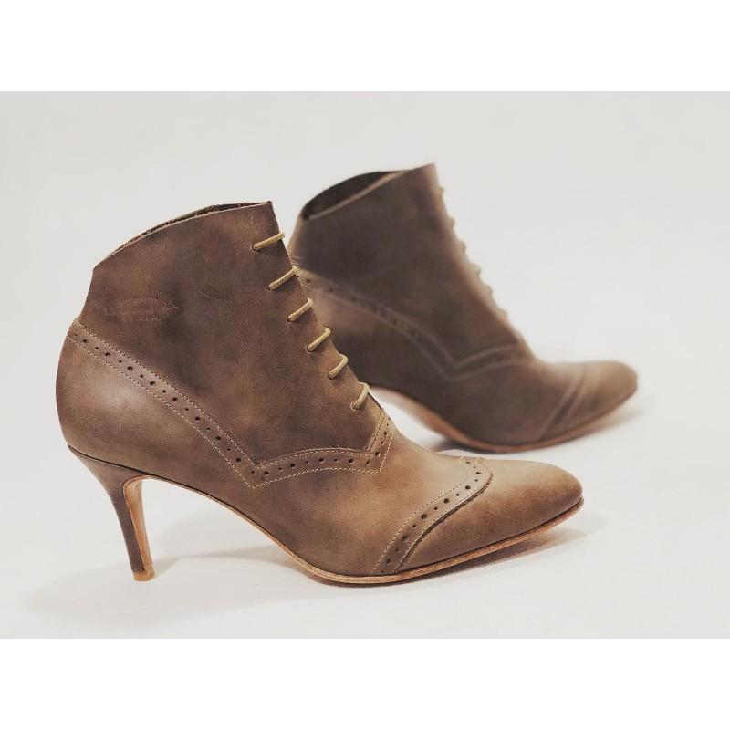Madam Walker zapatos hechos a mano de cuero cerato camel taco 7 cm